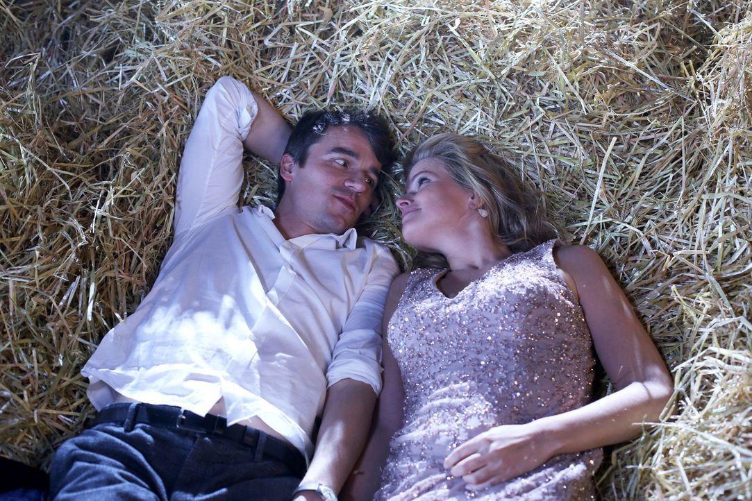 Bei ihrem Debüt als Escort-Girl trifft Nora (Mira Bartuschek, r.) auf den liebenswerten Millionär Max (Alexander Khuon, l.), der sich sofort in sie... - Bildquelle: Laura Schleicher SAT.1