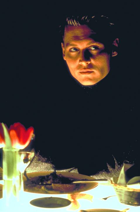Seit seinem Aufenthalt im All beginnen merkwürdige Zwischenfälle, das Leben von Spencer (Johnny Depp) zu überschatten ... - Bildquelle: 1999 New Line Productions, Inc. All Rights Reserved.