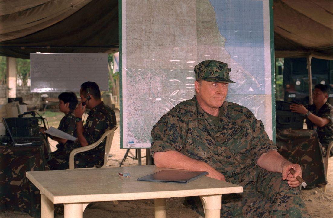 General Frank Lewis (Rutger Hauer, r.) führt eine umstrittene Mission an, die eine Gruppe Terroristen dingfest machen soll, die sich bei philippinis... - Bildquelle: 2005 The Pacific Trust. All Rights Reserved.