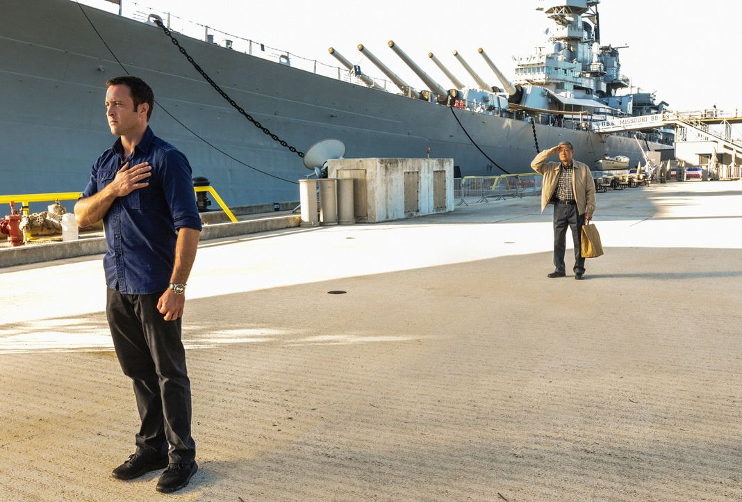 Detective Steve McGarrett (Alex O'Loughlin, l.) und David Toriyama (James Saito, r.) holt die Vergangenheit ein. Der Anschlag auf Pearl Harbor im Ja... - Bildquelle: 2013 CBS BROADCASTING INC. All Rights Reserved.