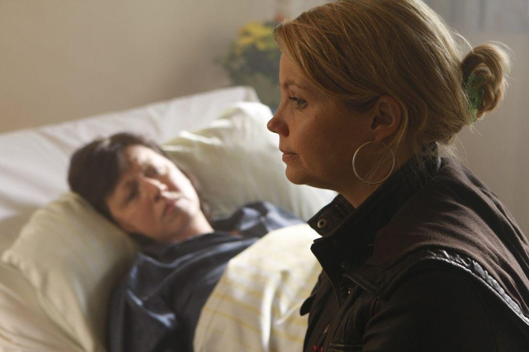 Die an Multiples Sklerose leidende Monika Plöger (Ingrit Dohse, l.) will nicht, dass ihr Sohn für ihre Pflege aufkommt und bittet deshalb Danni (A... - Bildquelle: SAT.1
