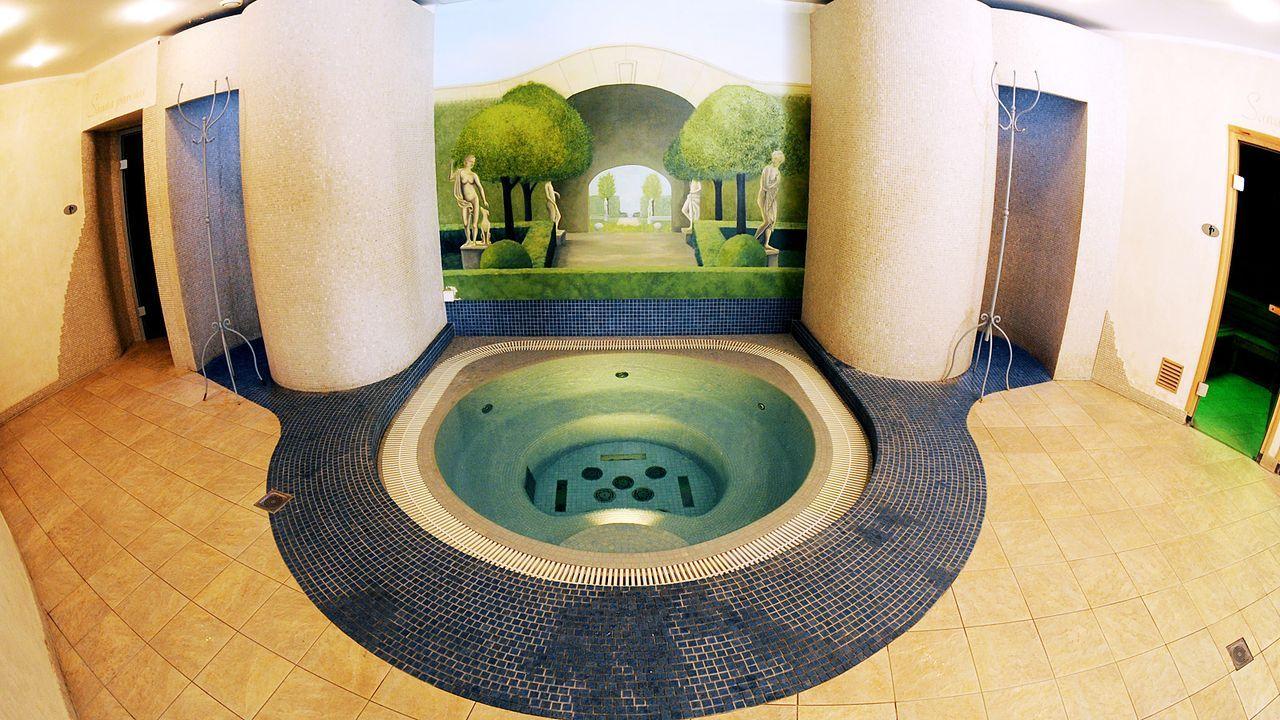 Luxushotel-Dwor-Oliwski-danzig-spa-whirlpool-11-09-06-dpa - Bildquelle: dpa