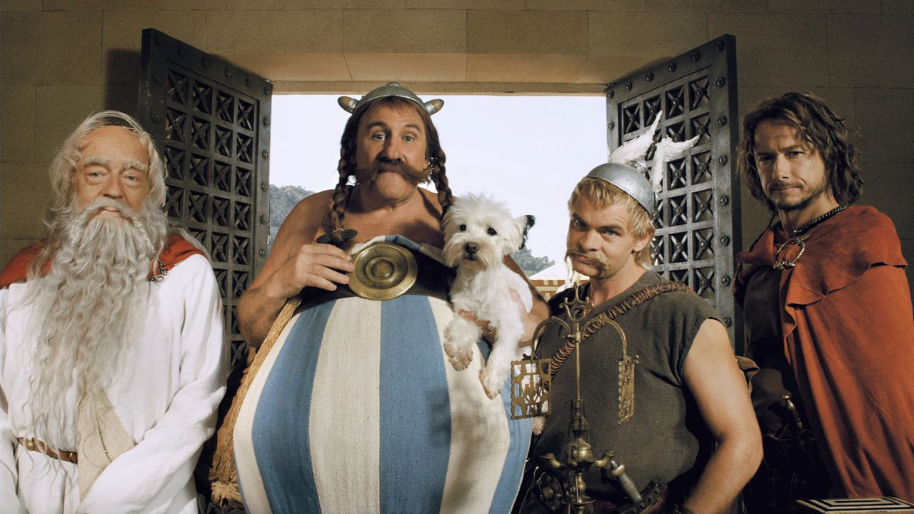 Asterix (Clovis Cornillac, 2. v. r.), Obelix (Gérard Depardieu, 2. v. l.) und Miraculix (Jean-Pierre Cassel, l.) reisen zu den Olympischen Spielen,... - Bildquelle: Constantin Film