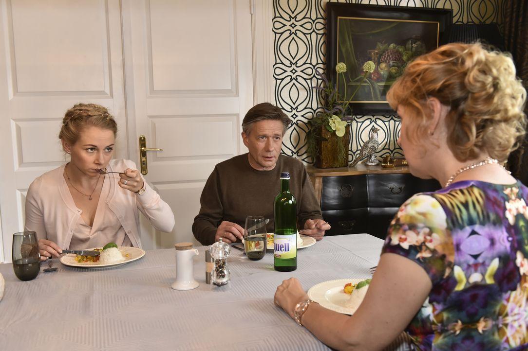 Nachdem Mila bei der Verlobungsfeier ihrer Schwester einfach abgehauen ist, herrscht schlechte Stimmung daheim: (v.l.n.r.) Luisa (Jenny Bach), Hendr... - Bildquelle: Claudius Pflug SAT.1
