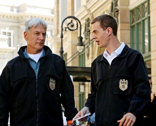 Sie müssen das Rätsel um den neuen Mord lösen: Gibbs (Mark Harmon, l.) und McGee (Sean Murray, r.). - Bildquelle: CBS Television