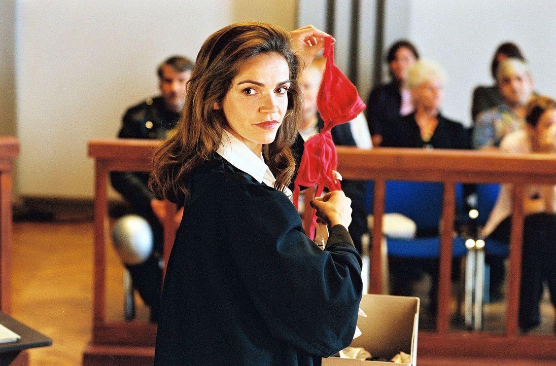 In dem Prozess Marx gegen Hausmeister Lehnert kann Sandra (Rebecca Immanuel) den Hausmeister als Wäschefetischisten entlarven. - Bildquelle: Hardy Spitz Sat.1