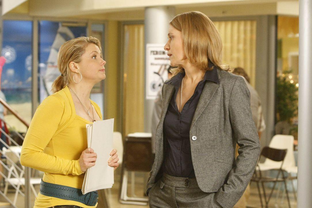 Bei der Aufklärung ihres neuen Falles bekommt Danni (Annette Frier, l.) etwas Ärger mit Frau Bose (Alexandra von Schwerin, r.), der Geschäftsfüh... - Bildquelle: SAT.1