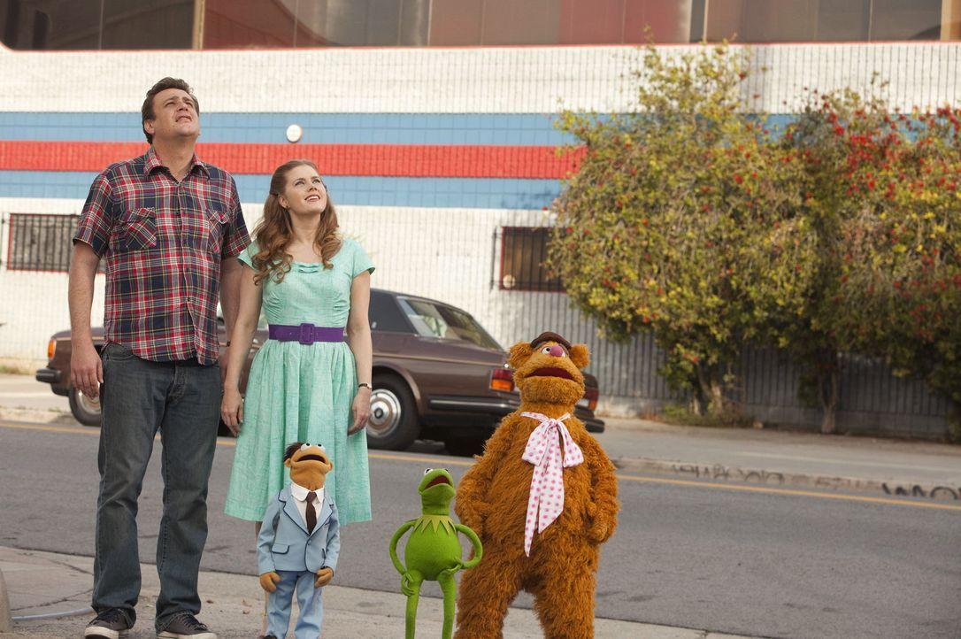 Als Gary (Jason Segel, l.) und Mary (Amy Adams, 2.v.l.) vom geplanten Abriss der Muppet-Studios erfahren, setzten sie gemeinsam mit Walter (3.v.l.),... - Bildquelle: The Muppets Studio, LLC. All rights reserved