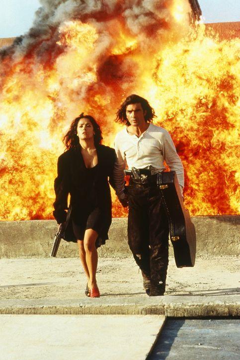 """Am Ziel angekommen, verliebt sich der schweigsame Held """"El Mariachi"""" (Antonio Banderas, r.) in die rassige Dorfschönheit Carolina (Selma Hayek, l.)... - Bildquelle: Columbia Pictures"""