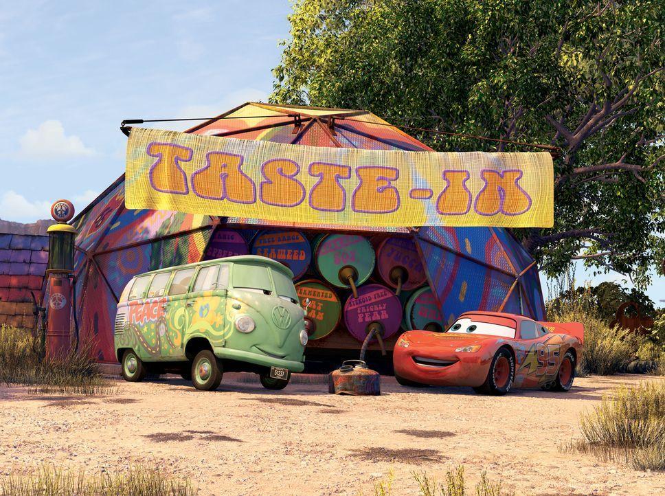 """Schon bald freundet sich Lightning (r.) mit den Bewohnern der kleinen """"Geisterstadt"""" an. Er findet zum ersten Mal wahre Freunde wie Fillmore (l.), d... - Bildquelle: Walt Disney Pictures"""