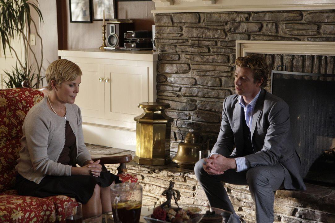 Weiß Katherine Blakely (Kate McNeil, l.) mehr als sie zugibt. Patrick Jane (Simon Baker, r.) geht dem nach ... - Bildquelle: Warner Bros. Television