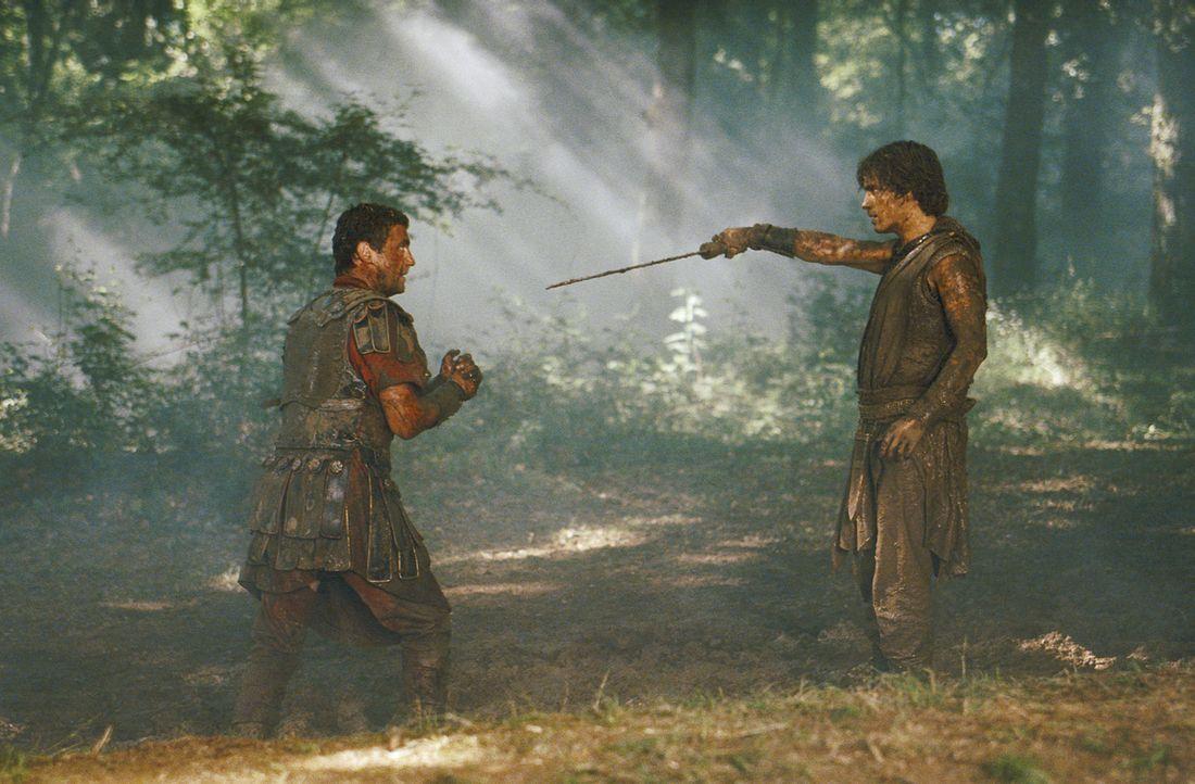 Der Schlacht ist vorüber: Octavius (Santiago Cabrera, l.) kann Antonius (Vincent Regan, l.) besiegen. Großmütig schenkt er dem Besiegten das Lebe... - Bildquelle: Hallmark Entertainment