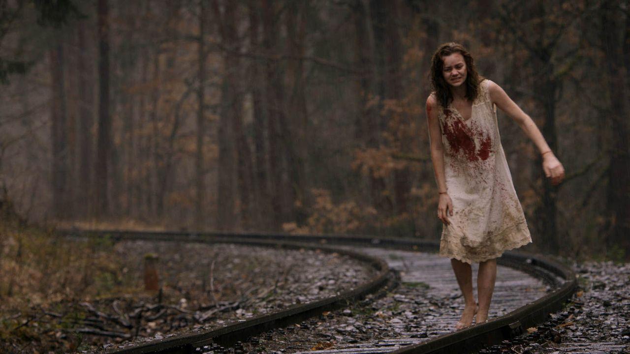 Die 17-jährige Yana (Anna Nováková) aus der Slowakei stürzt in Österreich an einem eiskalten Morgen, nur mit einem blutigen Nachthemd bekleidet, von... - Bildquelle: Tandem Productions GmbH. All rights reserved.