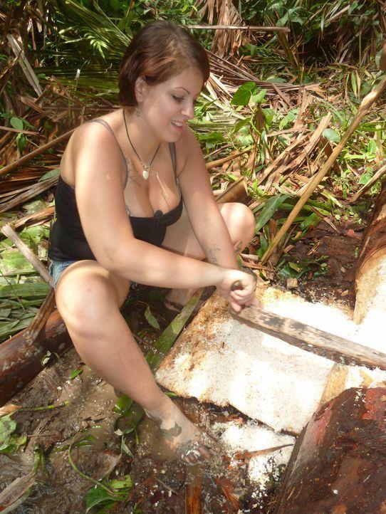 Bei den strengsten Eltern im Indonesischen Dschungel und fernab der Zivilisation muss die sonst so verwöhnte Denise fleißig mitanpacken ... - Bildquelle: SAT.1