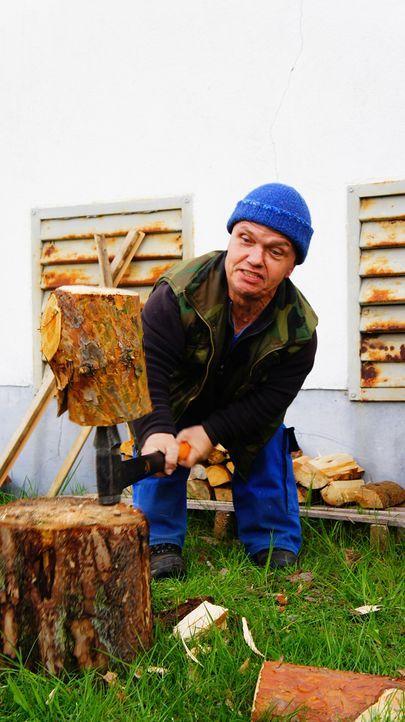Ulf-beim-Holzhacken - Bildquelle: SAT.1