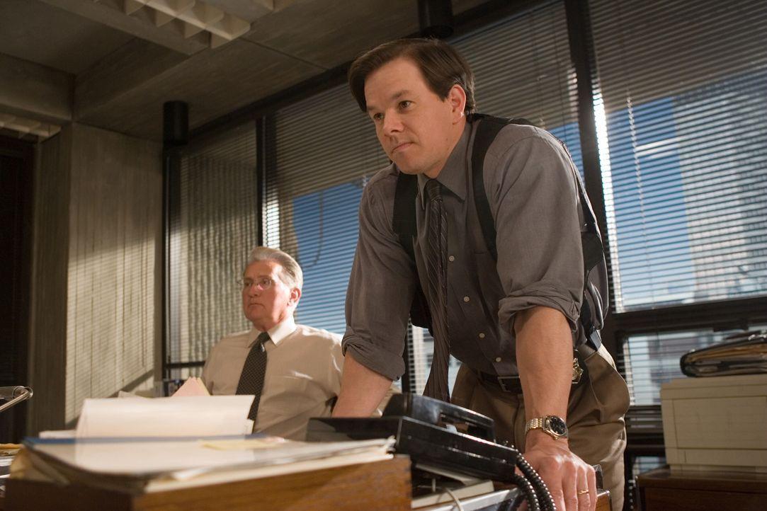 Polizeikadett Billy wird von seinen Vorgesetzten Captain Queenan (Martin Sheen, l.) und Sergeant Dignam (Mark Wahlberg, r.) offiziell als ungeeignet... - Bildquelle: Warner Bros. Entertainment Inc