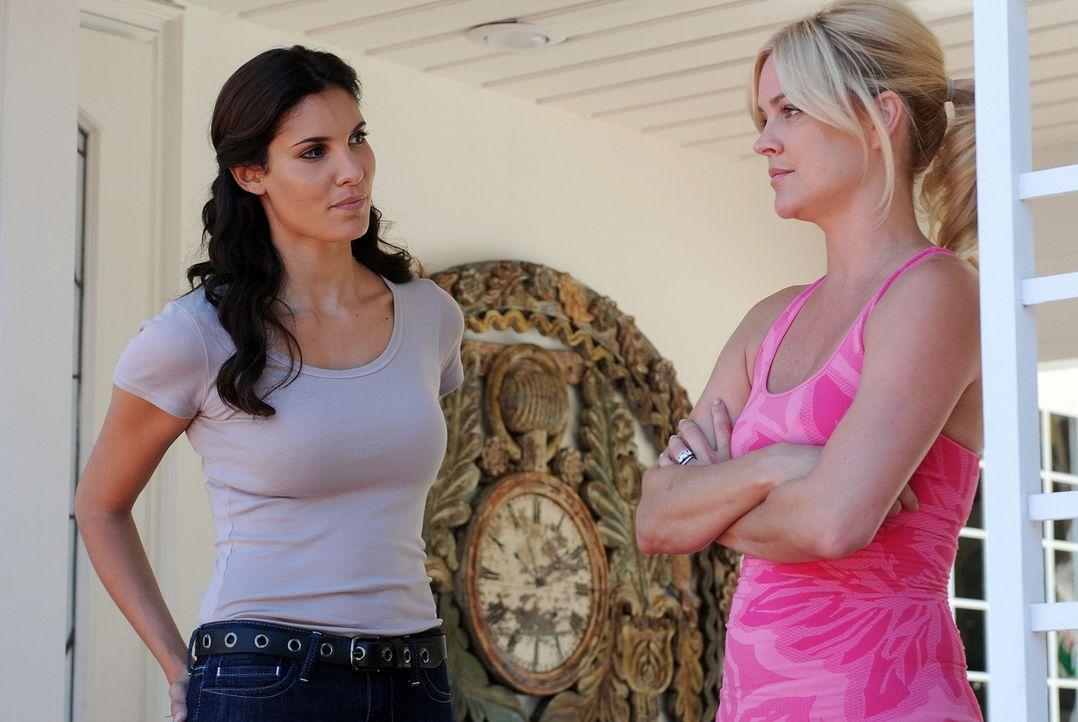 Kann Heather Marcum (Heidi Marnhout, r.) Kensi (Daniela Ruah, l.) bei den Ermittlungen behilflich sein? - Bildquelle: CBS Studios Inc. All Rights Reserved.