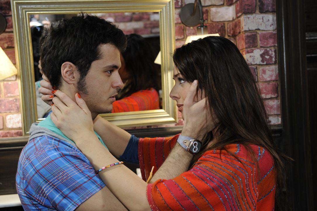 Maik (Sebastian König, l.) begreift, dass er Palomas (Maja Maneiro, r.) Zukunftshoffungen zerstören wird ... - Bildquelle: SAT.1