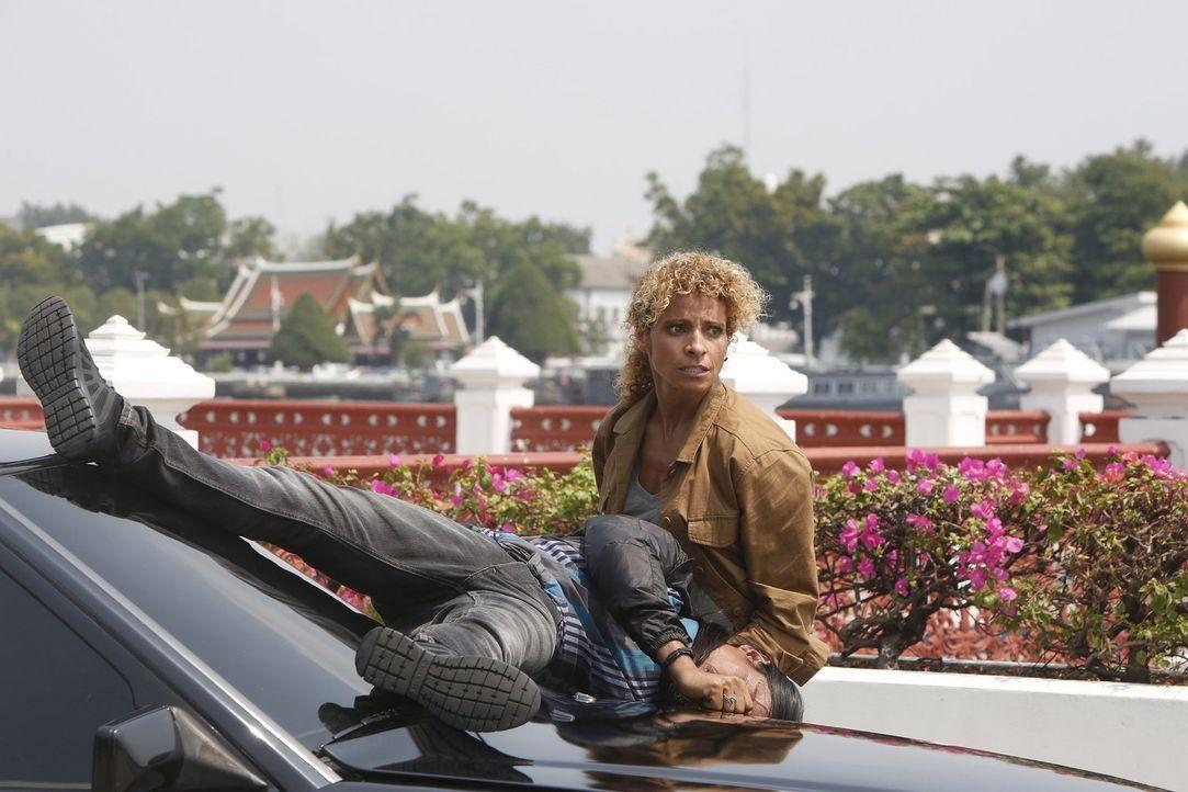 Shepherd (Michelle Hurd) reist nach Thailand, denn dort will sie sich eine schlagkräftige Waffe besorgen. Was ihr auch gelingt ... - Bildquelle: 2016 Warner Brothers