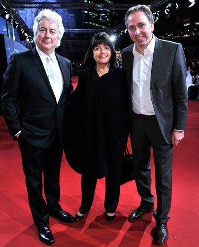Ken (l.) und Barbara Follett mit Andreas Bartl von ProSiebenSat.1 TV Deutschland - Bildquelle: Sat 1 Succo Media Ralf Succo