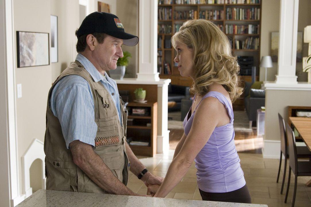 Bob Munro (Robin Williams, l.) und seine Frau Jamie (Cheryl Hines, r.) wollen sich etwas ausdenken, was ihre Familie enger zusammenschweißt. - Bildquelle: Sony Pictures Television International. All Rights Reserved.