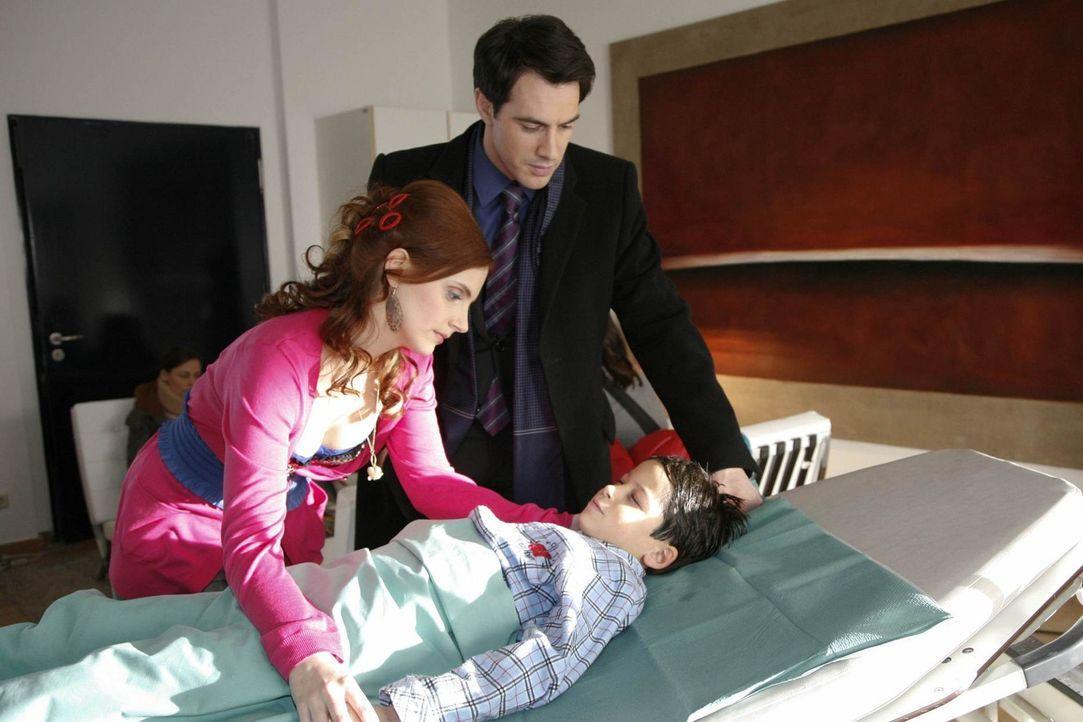 Daniel (Alexander Türck, liegend) steht kurz vor einem Blinddarmdurchbruch. Manu (Marie Zielcke, l.) und Mark (Arne Stephan, r.) machen sich Sorgen... - Bildquelle: SAT.1