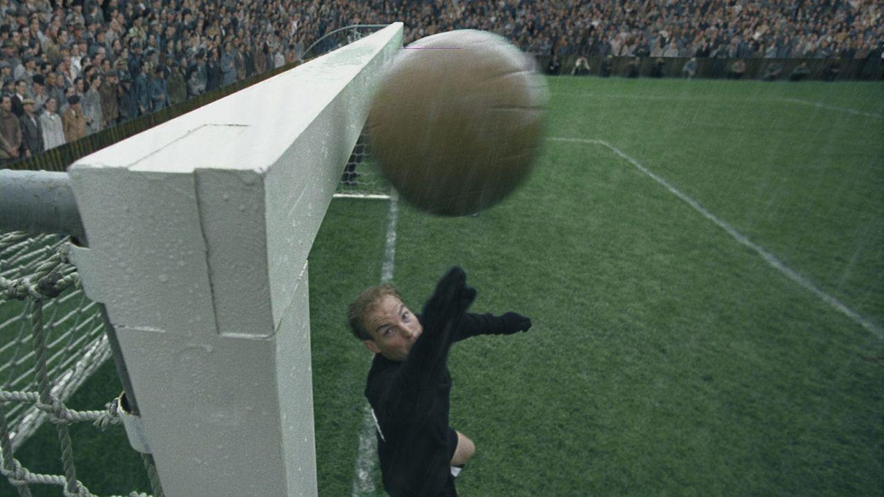 Die deutsche Fußballauswahl um ihren Torhüter Toni Turek (Jo Stock) hat es überraschend bis ins WM-Endspiel geschafft! Doch da warten die übermächti... - Bildquelle: Senator Film