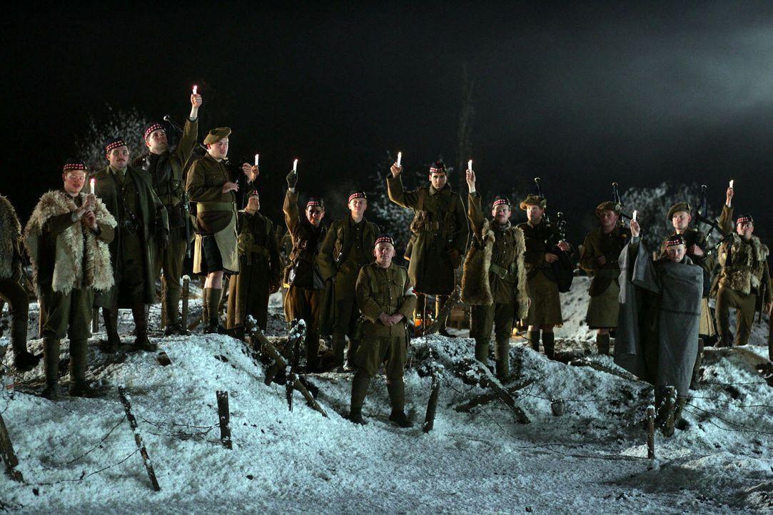 Heilig Abend: Eine große Geste mit symbolischem Charakter. Gegnerische Soldaten lassen ihre Waffen fallen und kommen aus ihren Schützengräbern he... - Bildquelle: Lolafilms S.A.