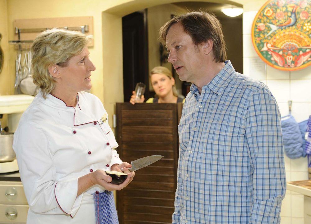 Anna (Jeanette Biedermann, M.) beobachtet einen Streit zwischen Susanne (Heike Jonca, l.) und Armin (Rainer Will, r.) ... - Bildquelle: Sat.1