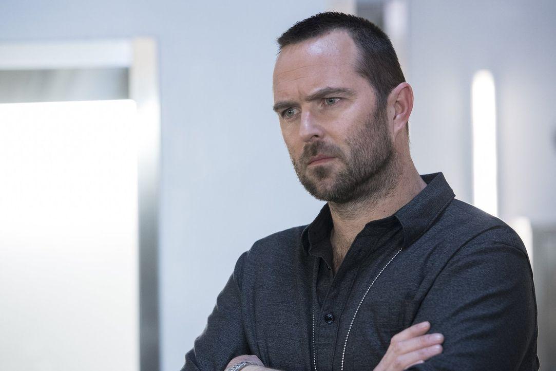 Während sich Kurt Weller (Sullivan Stapleton) vor dem Justizministerium erklären muss, weil ihm vorgeworfen wird, Terroristen Beihilfe zur Flucht ge... - Bildquelle: Warner Brothers
