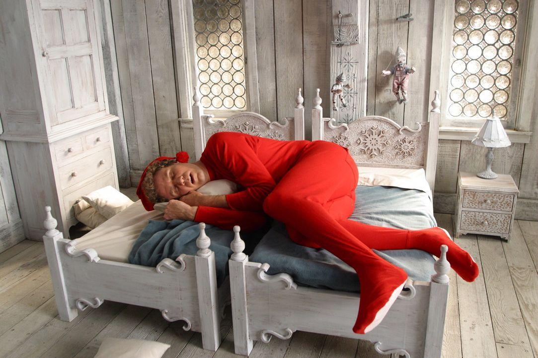 Da Buddy (Will Ferrell) etwas größer geraten ist als die anderen Elfen, bekommt er zwei Betten .. - Bildquelle: Warner Bros. Television