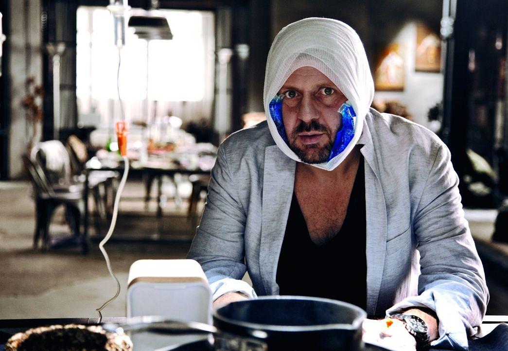 """Tristan (Samuel Finzi) fällt einer Verwechselung zum Opfer: Duschlampe oder """"Du Schlampe"""" ist hier entscheidend! - Bildquelle: 2013   Warner Bros."""