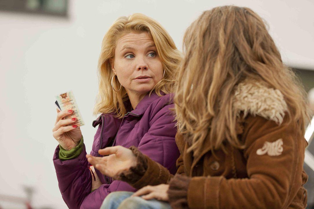 Nach und nach freundet sich Danni (Annette Frier, l.) mit der kleinen Taschendiebin Emma (Luna Jakob, r.) an ... - Bildquelle: Frank Dicks SAT.1