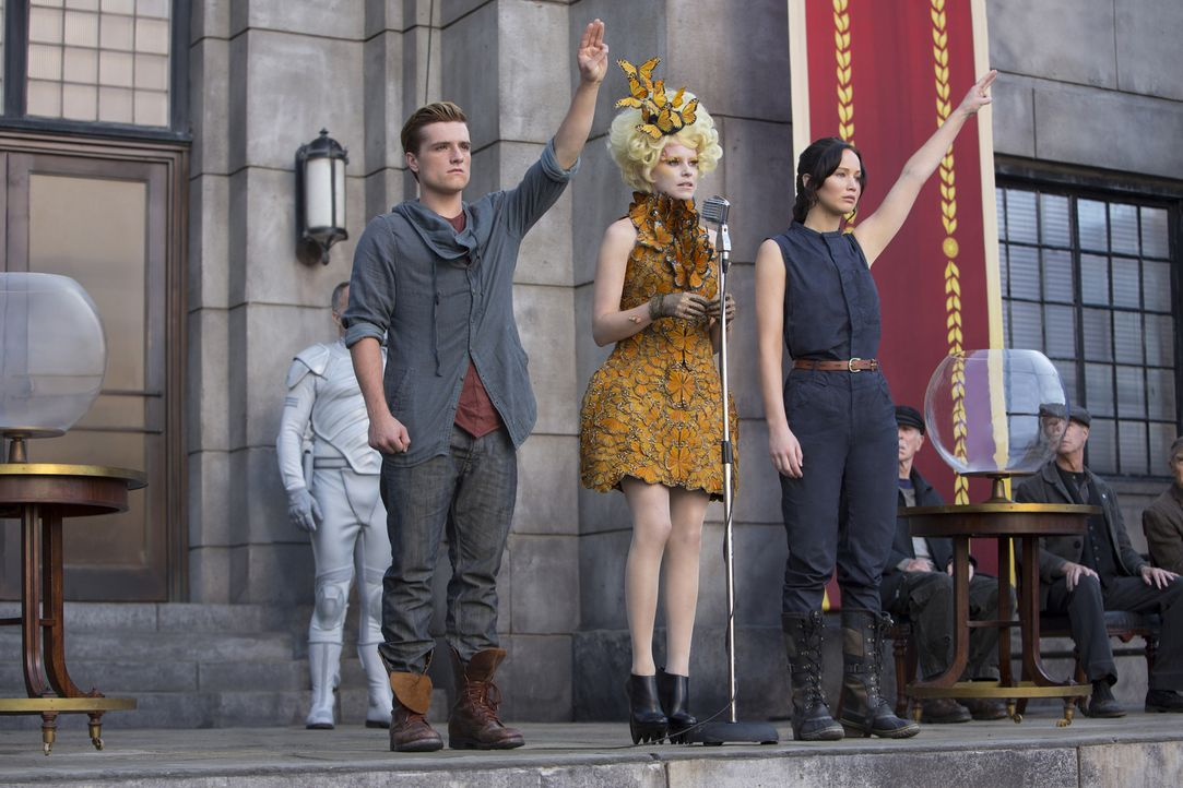 """Auch Effie (Elizabeth Banks, M.) kann ihre """"Zöglinge"""" Katniss (Jennifer Lawrence, r.) und Peeta (Josh Hutcherson, l.) nicht davon abhalten, deutlich... - Bildquelle: Studiocanal GmbH"""