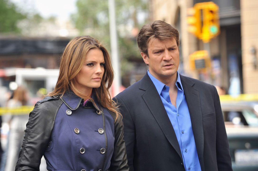 Da stimmt doch etwas nicht! Castle (Nathan Fillion, r.) und Beckett (Stana Katic, l.) verstehen nicht, warum sie den Tatort nicht betreten dürfen u... - Bildquelle: ABC Studios