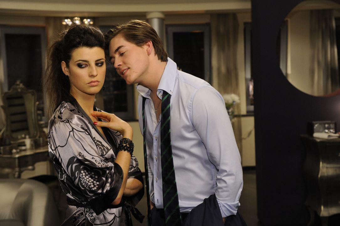 Kai (Frederic Böhle, r.) und Carla (Sarah Mühlhause, l.) sind nun auf Augenhöhe und haben ihren Feind Luca gemeinsam im Visier ... - Bildquelle: SAT.1