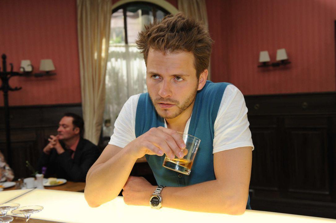 Enrique (Jacob Weigert, r.) trinkt sich Mut an, um endlich sein Geständnis zu machen ... - Bildquelle: SAT.1