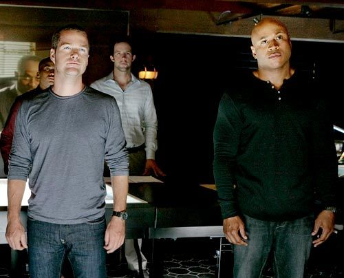 Ein Fall, bei dem ein Navy-Commander eschossen wurde, bereitet Dominic Vail (Adam Jamal Craig, hinten l.), Special Agent Callen (Chris O'Donnell, vo... - Bildquelle: CBS Studios Inc