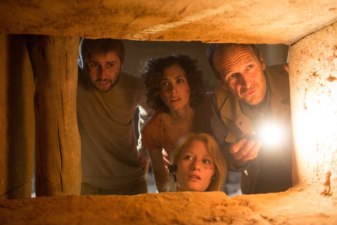 Obwohl Hieroglyphen im Inneren der Pyramide vor einer großen Gefahr warnen, bahnen sich die Entdecker (v.l.n.r.) Fitzie (James Buckley), Sunni (Chri... - Bildquelle: Didier Baverel 2014 Twentieth Century Fox Film Corporation. All rights reserved.