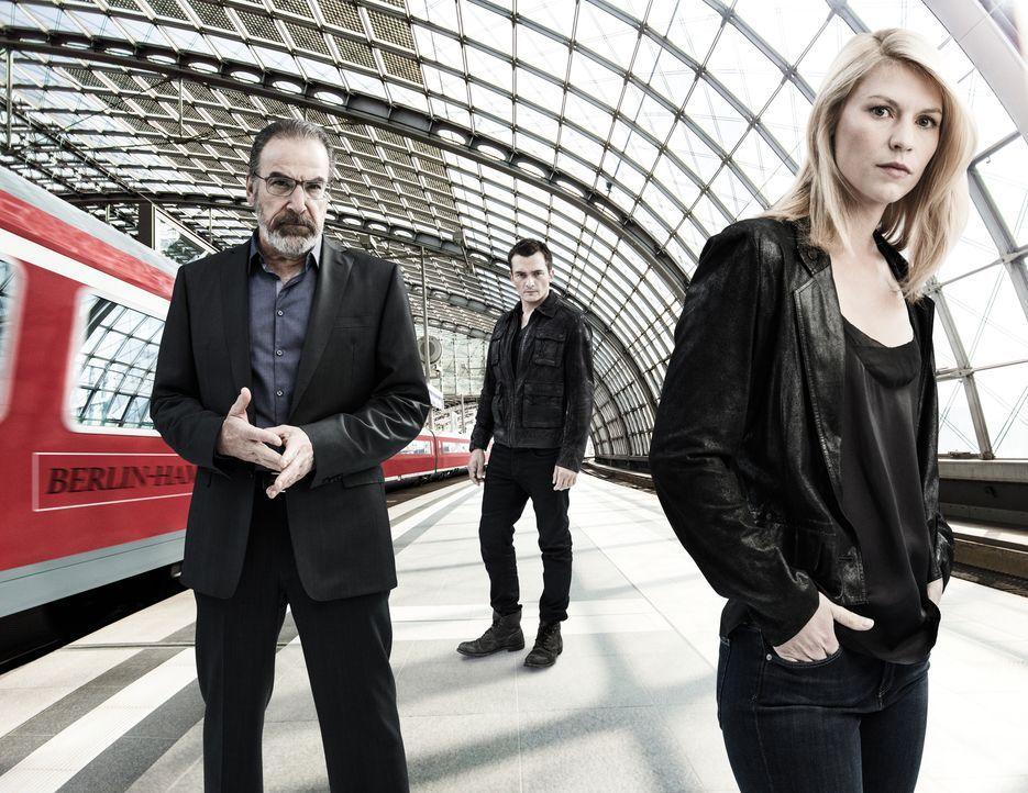 (5. Staffel) - Der Kampf gegen den Terrorismus geht weiter: Carrie (Claire Danes, r.), Saul (Mandy Patinkin, M.) und Peter (Rupert Friend, l.). Doch... - Bildquelle: 2015 Showtime Networks, Inc., a CBS Company. All rights reserved.