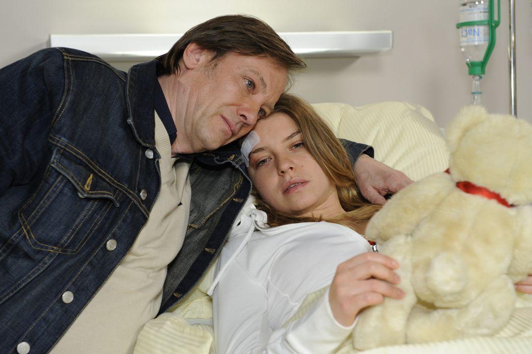 Katja (Karolina Lodyga, r.) will zur Sorge von Anna und Susanne nicht wahrhaben, dass sie nie wieder laufen kann. Als Armin (Rainer, Will, l.) sein... - Bildquelle: SAT.1