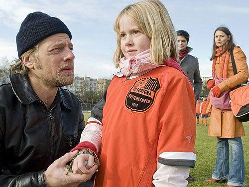Erst spät wird Mick (Henning Baum) klar, dass die kleine fußballbegeisterte Lilli (Tabea Willemsen) ein gefährliches Geheimnis bewahrt...  - Bildquelle: Sat1