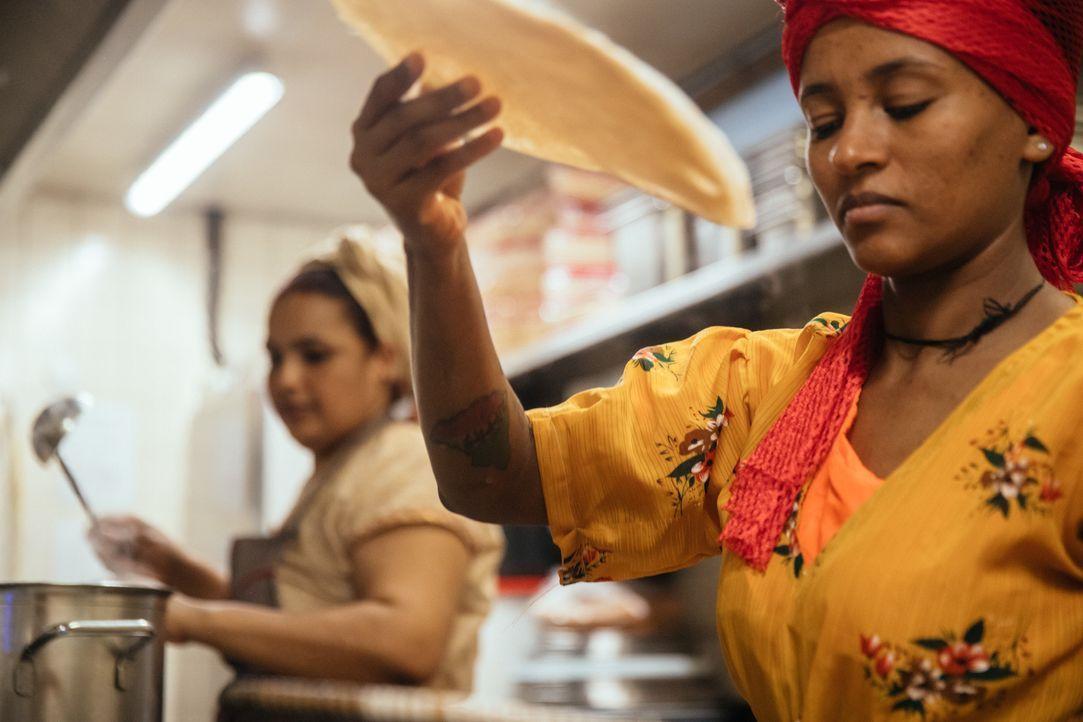 Injera ist ein weiches Sauerteigfladenbrot aus Teff, einer sehr alten in Äth... - Bildquelle: SAT.1 Schweiz