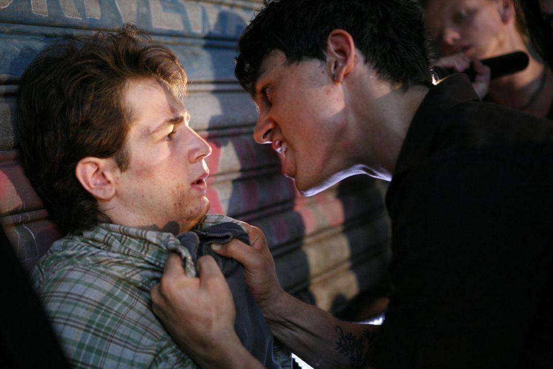 Um seine Chancen bei einem Überfall zu erhöhen, zwingt Lupo (Morgan Benoit, r.) den schwächeren Jason (Michael Angarano, l.), ihm zu helfen und s... - Bildquelle: 2008 J&J Project LLC. ALL RIGHTS RESERVED.