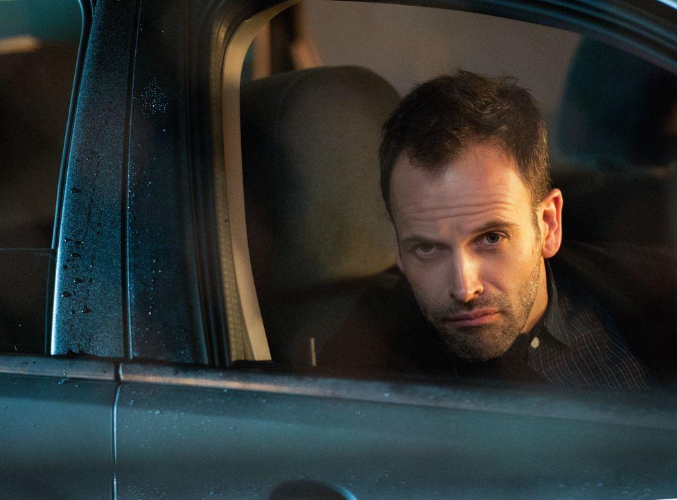 Holmes (Jonny Lee Miller) muss die Wahrheit akzeptieren, dass Irene selbst Moriarty ist und ihn damals in London nur kennenlernen wollte, um zu sehe... - Bildquelle: CBS Television