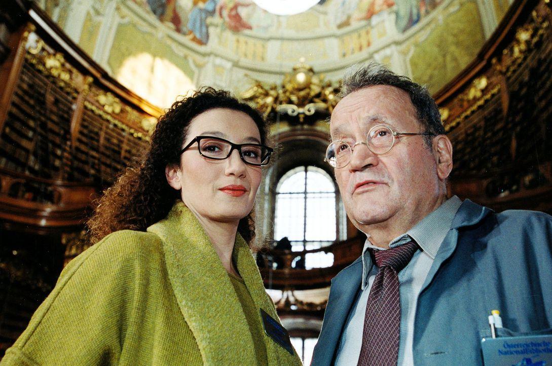 Die Bibliothekarin der Österreichischen Nationalbibliothek, Dr. Alexandra Jungwirth (Konstanze Breitebner, l.), und ihr Kollege, der Archivar Fried... - Bildquelle: Sat.1