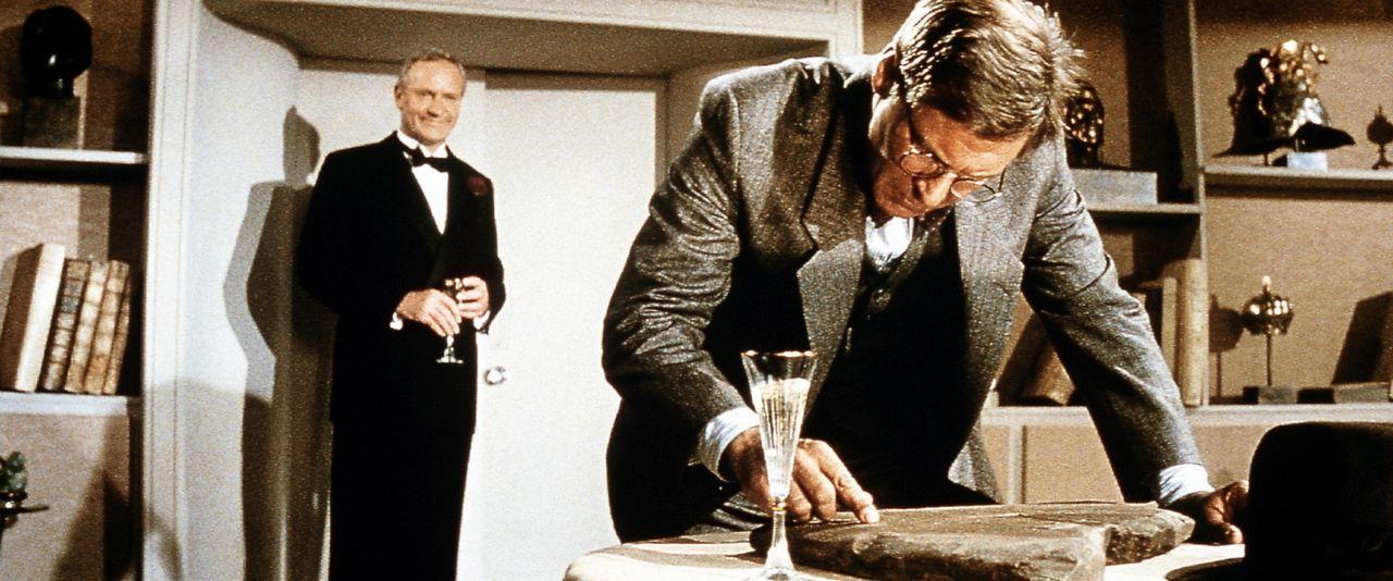 Der reiche Archäologie-Mäzen und Großindustrielle Walter Donovan (Julian Glover, l.) zeigt Dr. Jones (Harrison Ford, r.) die zerbrochen Steintafe... - Bildquelle: Paramount Pictures