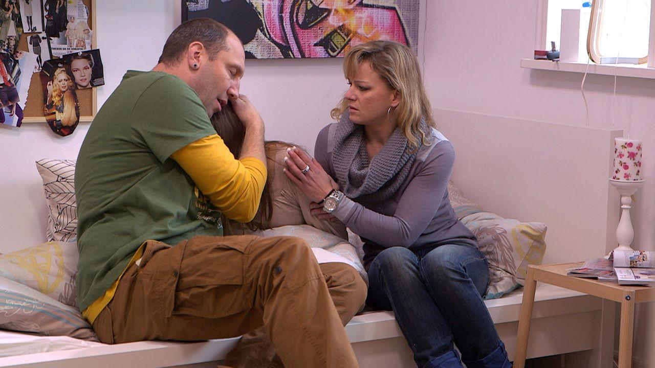 Käthes (M.) Mobbing-Situation in der Schule spitzt sich zu. Ihre Eltern Michael (l.) und Christina (r.) versuchen, ihr den Rücken zu stärken ... - Bildquelle: SAT.1