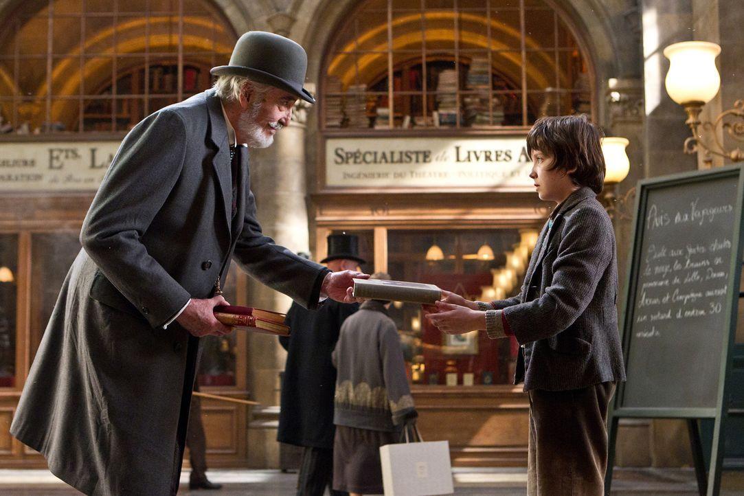 Wer hätte das gedacht, aber kaum hat Monsieur Labisse (Christopher Lee, l.) den kleinen Hugo (Asa Butterfield, r.) ein wenig kennen gelernt, da erke... - Bildquelle: Jaap Buitendijk 2011 GK Films.  All Rights Reserved.