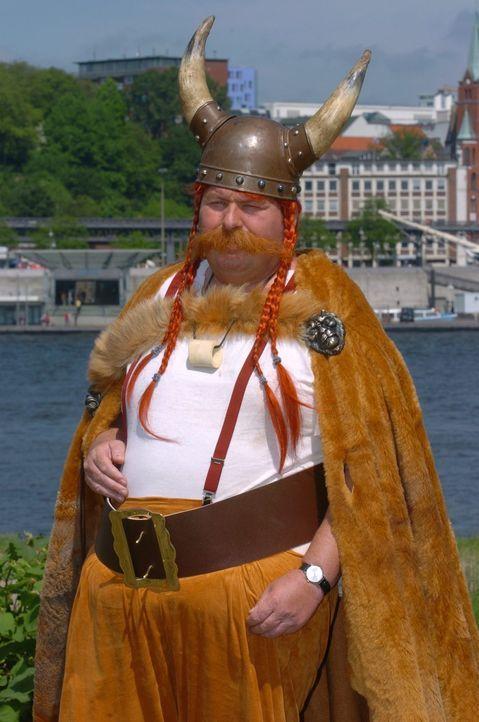 Engel (Ottfried Fischer) hat sich für das Kinderfest als Wikinger verkleidet. - Bildquelle: Sat.1